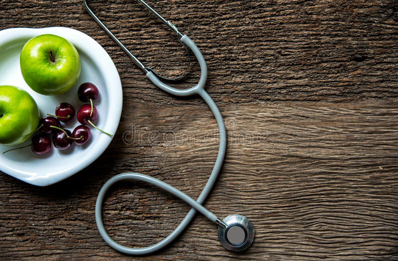 Dieta e perdita di peso con il rubinetto di misurazione e la mela verde sulla vista superiore del fondo di legno fotografie stock libere da diritti