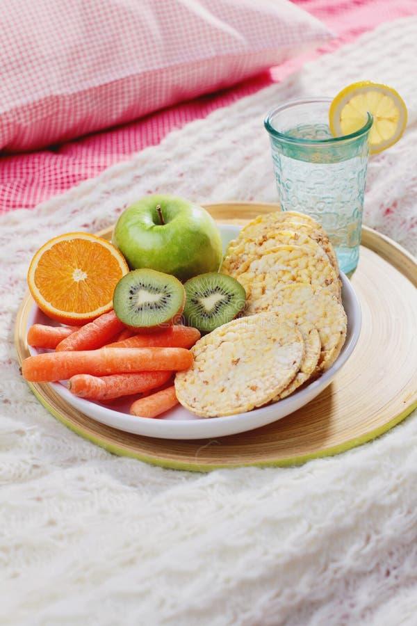 Dieta em comer saudável da cama fotografia de stock royalty free