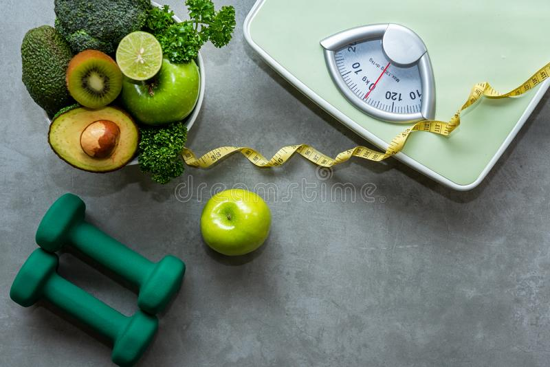 Dieta i Zdrowy życia pojęcie Zielony jabłko i ciężar skala klepnięcia z świeżym warzywem miara zdjęcia stock