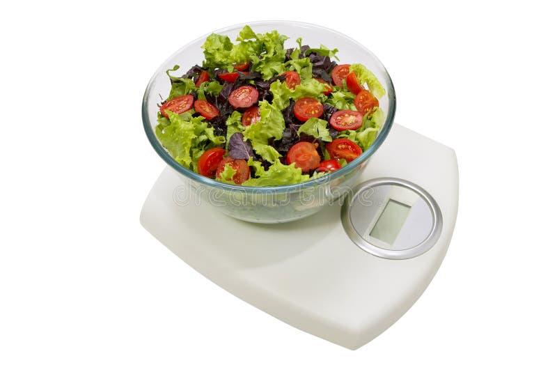 Dieta Insalata delle verdure in una ciotola con la bilancia, isolata sopra fotografia stock libera da diritti