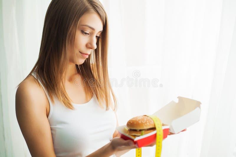 Dieta Jovem mulher que impede a para comer a comida lixo Conceito saud?vel comer fotografia de stock royalty free