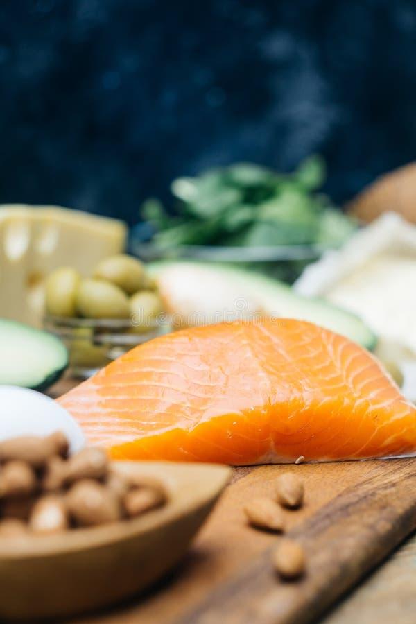 Dieta Ketogenic Produtos gordos da baixa altura dos carburadores Alimento saudável comer, gordura da proteína do plano da refeiçã imagens de stock
