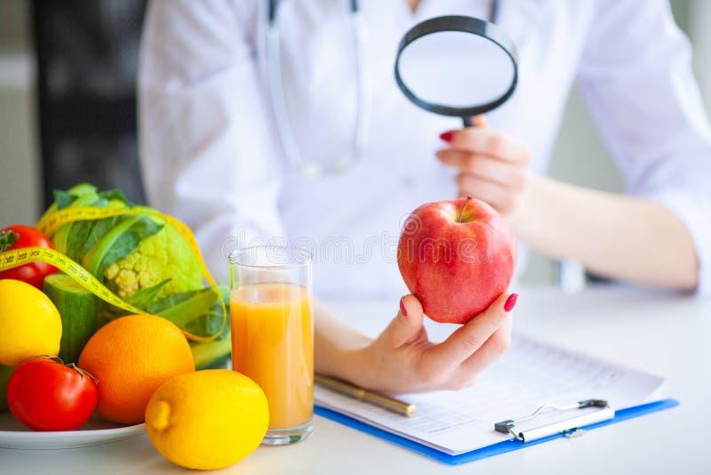 Dieta Mela rossa della tenuta del dottore Nutritionist nel suo ufficio Concetto fotografia stock