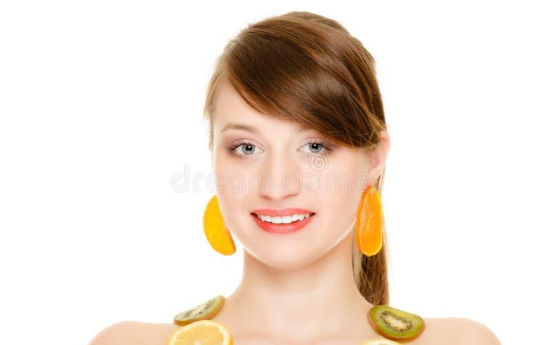 Dieta Menina com a colar das citrinas frescas isoladas imagens de stock