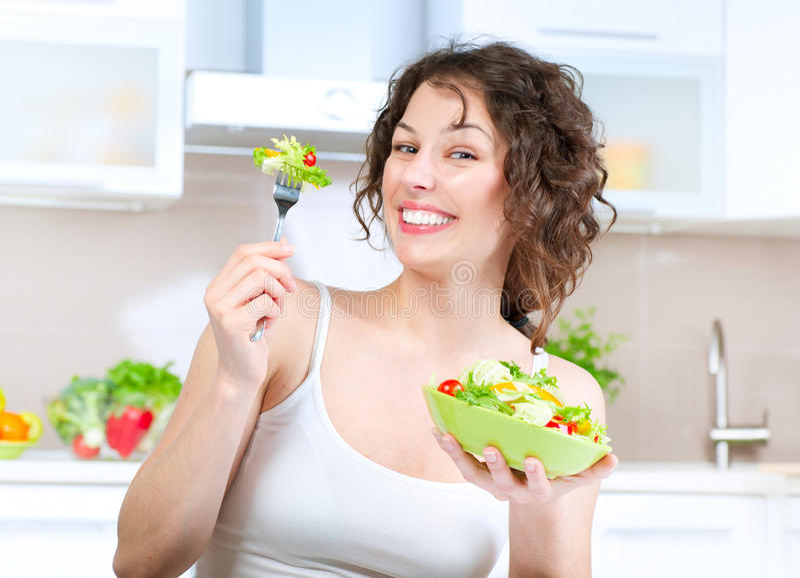 Dieta. Mulher que come a salada vegetal fotos de stock