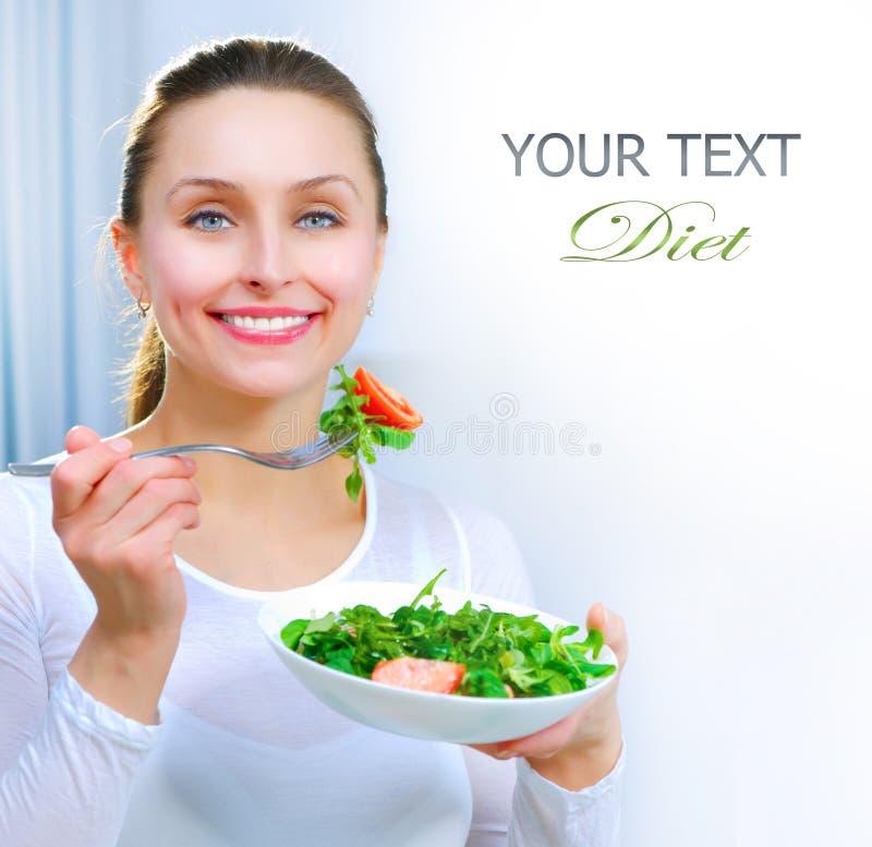 Dieta. Mulher que come vegetais imagens de stock royalty free