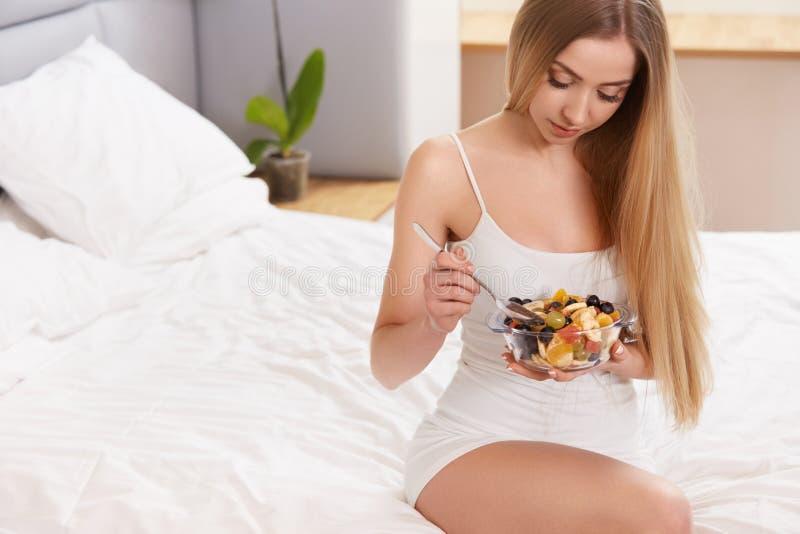 Dieta Oncept sano del ¡de la comida Ð La mujer hermosa desayuna fotos de archivo libres de regalías