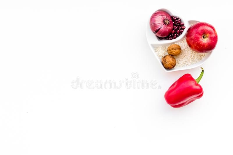 Dieta para el corazón sano Comida con los antioxidantes Las verduras, frutas, nueces en cuenco en forma de corazón en el fondo bl imagen de archivo libre de regalías