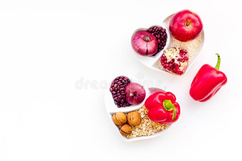 Dieta para el corazón sano Comida con los antioxidantes Las verduras, frutas, nueces en cuenco en forma de corazón en el fondo bl fotografía de archivo libre de regalías