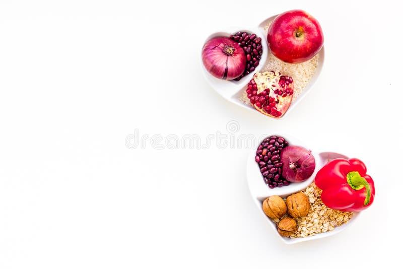 Dieta para el corazón sano Comida con los antioxidantes Las verduras, frutas, nueces en cuenco en forma de corazón en el fondo bl foto de archivo