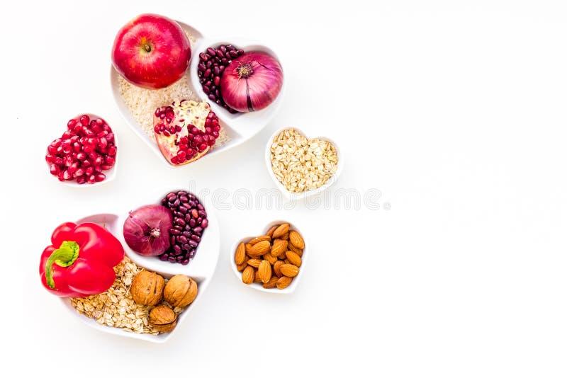 Dieta para el corazón sano Comida con los antioxidantes Las verduras, frutas, nueces en cuenco en forma de corazón en el fondo bl fotos de archivo libres de regalías