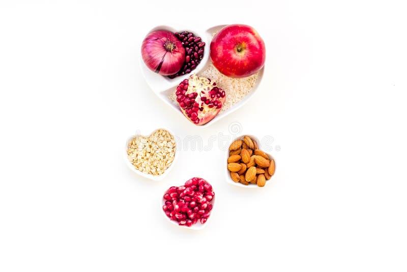 Dieta para el corazón sano Comida con los antioxidantes Las verduras, frutas, nueces en cuenco en forma de corazón en el fondo bl foto de archivo libre de regalías