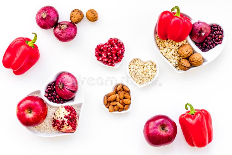 Dieta para el corazón sano Comida con los antioxidantes Las verduras, frutas, nueces en cuenco en forma de corazón en el fondo bl fotografía de archivo