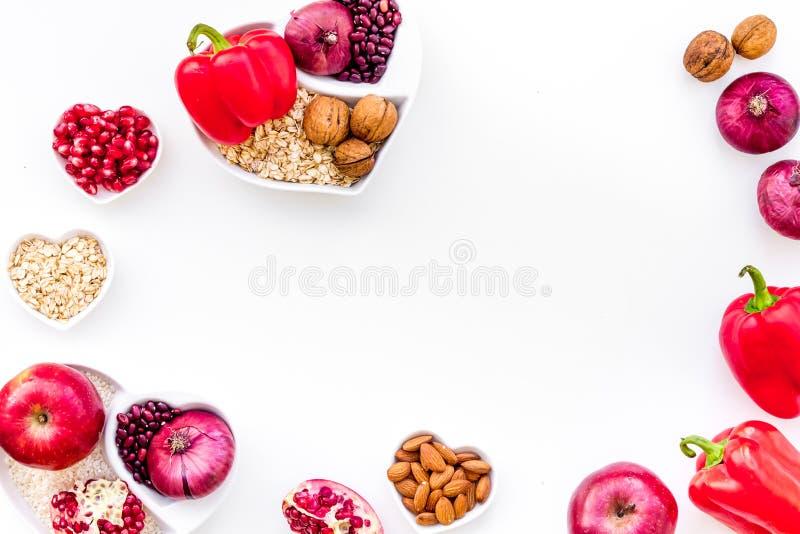 Dieta para el corazón sano Comida con los antioxidantes Las verduras, frutas, nueces en cuenco en forma de corazón en el fondo bl imágenes de archivo libres de regalías