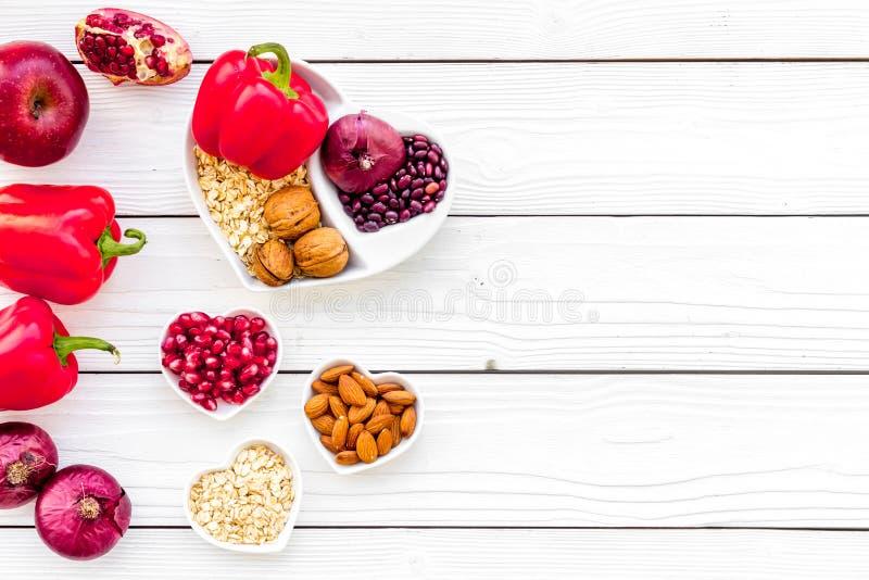 Dieta para el corazón sano Comida con los antioxidantes Verduras, frutas, nueces en cuenco en forma de corazón en el fondo de mad imagen de archivo libre de regalías