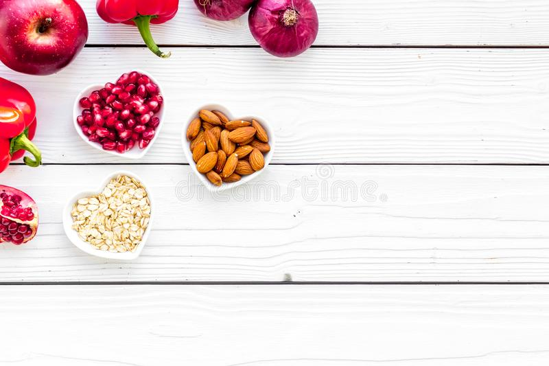 Dieta para el corazón sano Comida con los antioxidantes Verduras, frutas, nueces en cuenco en forma de corazón en el fondo de mad fotos de archivo
