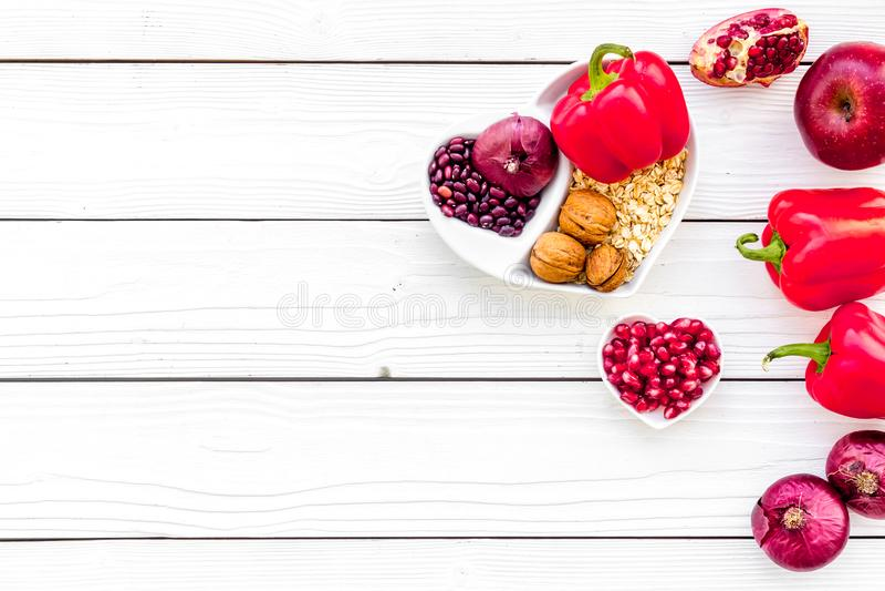 Dieta para el corazón sano Comida con los antioxidantes Verduras, frutas, nueces en cuenco en forma de corazón en el fondo de mad fotos de archivo libres de regalías