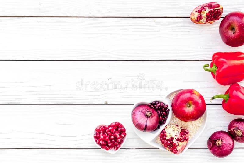 Dieta para el corazón sano Comida con los antioxidantes Verduras, frutas, nueces en cuenco en forma de corazón en el fondo de mad foto de archivo libre de regalías
