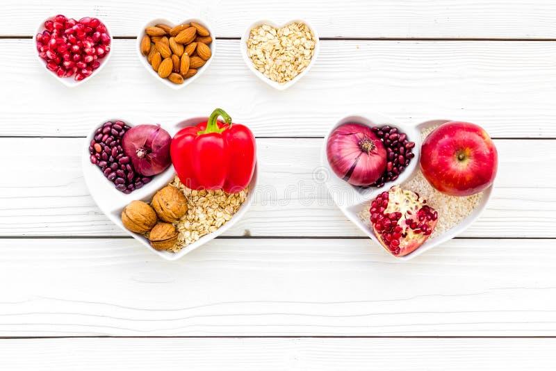 Dieta para el corazón sano Comida con los antioxidantes Verduras, frutas, nueces en cuenco en forma de corazón en el fondo de mad fotografía de archivo libre de regalías