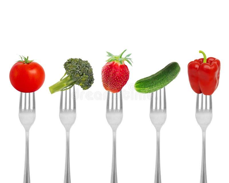 Dieta sana, alimento biológico en bifurcaciones con las verduras y bayas fotos de archivo libres de regalías