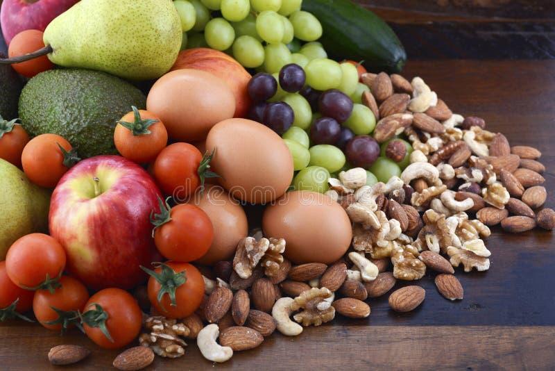 Dieta sana con la fruta fresca, los huevos, las nueces y las verduras imagen de archivo libre de regalías