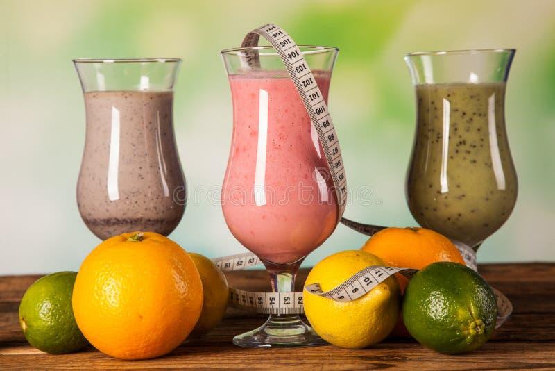 Dieta sana, sacudidas de la proteína y frutas fotografía de archivo libre de regalías
