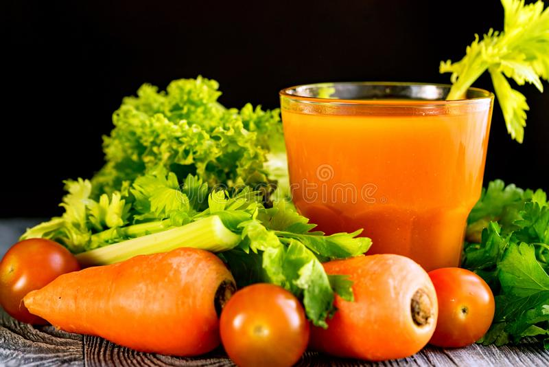 Dieta sana, vetro del succo di carota e verdure immagine stock