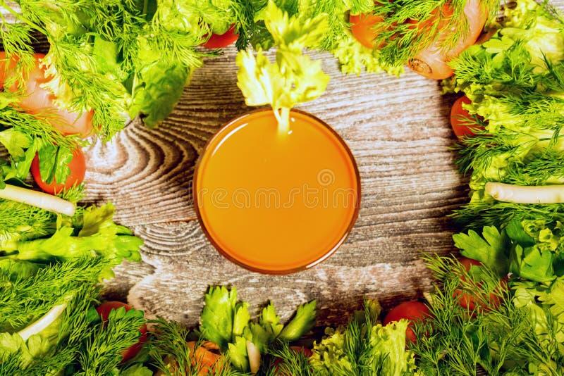 Dieta sana, vetro del succo di carota e verdure fotografie stock libere da diritti