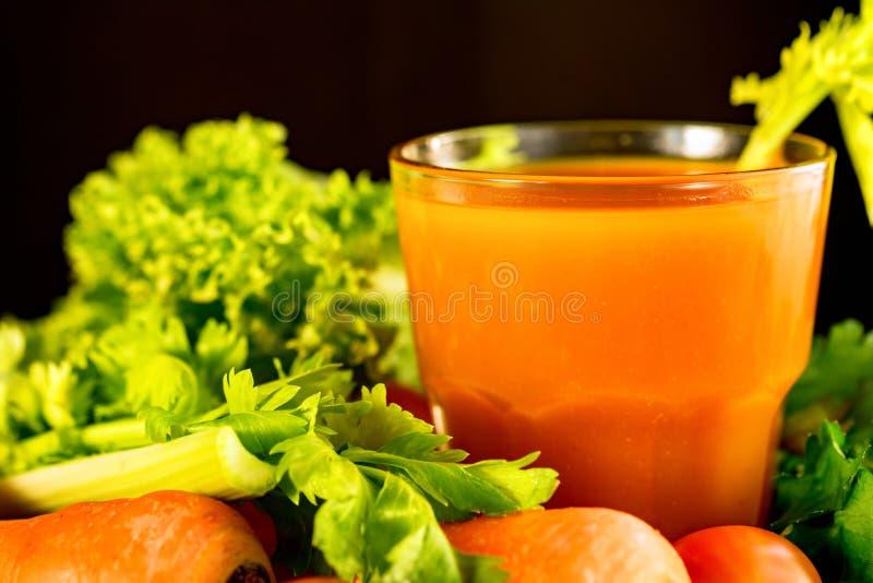 Dieta sana, vetro del succo di carota e verdure fotografie stock