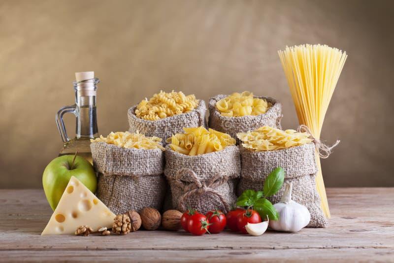 Dieta saudável com massa e os ingredientes frescos fotos de stock royalty free