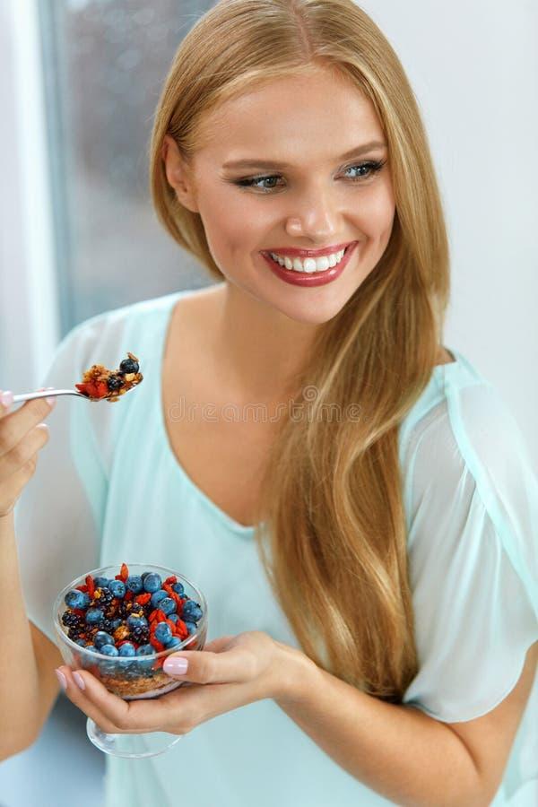 Dieta saudável Mulher que come o cereal, bagas na manhã nutrition fotos de stock
