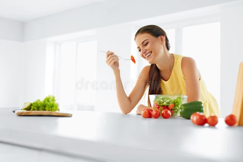 Dieta saudável Mulher que come a salada do vegetariano Comer saudável, Foo imagens de stock