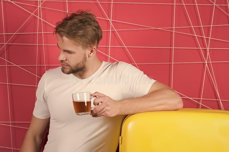 Dieta saudável para o frio ou o conduto Equipe o copo da posse do chá ou do café na cozinha Macho no refrigerador retro no fundo  imagem de stock
