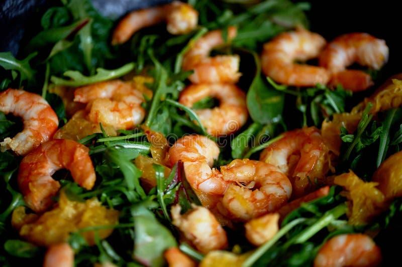 Dieta saudável Salada da rúcula, dos camarões do tigre e das laranjas Prato claro com marisco Menu da dieta fotos de stock royalty free