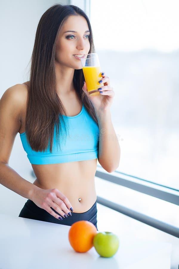 Dieta Succo d'arancia bevente sorridente felice della giovane donna immagini stock libere da diritti