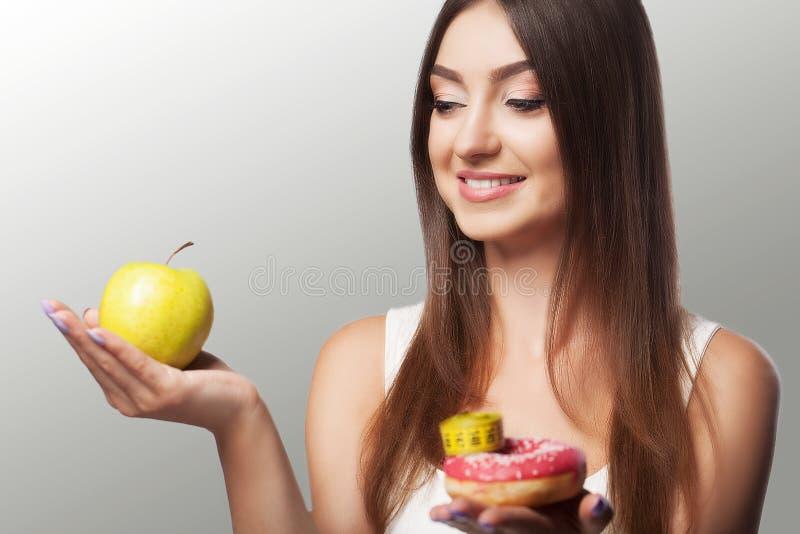 Dieta Uma moça adere à dieta Escolha entre um infu fotografia de stock royalty free