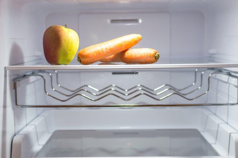 Dieta vazia do refrigerador fotografia de stock royalty free