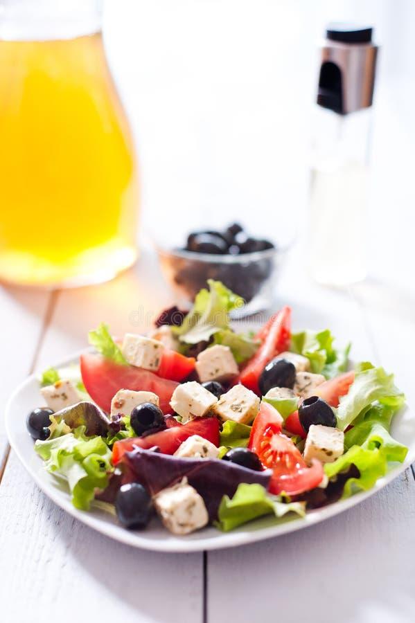 Dieta y ensalada mediterránea sana fotografía de archivo