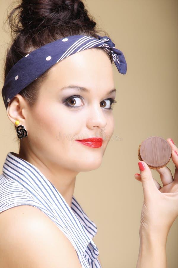 Dieta y salud. Ama de casa preciosa que come la torta de los dulces fotos de archivo libres de regalías