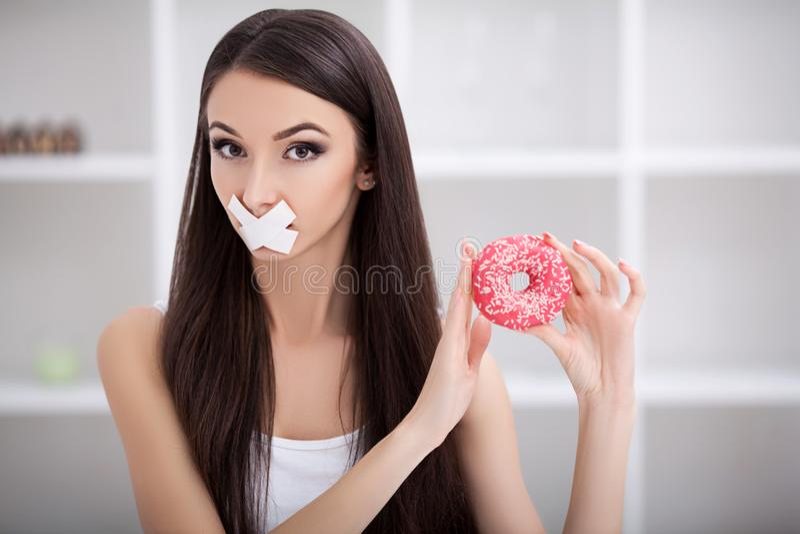 dieta Zamyka w górę twarzy młoda piękna smutna łacińska kobieta z mout obraz stock