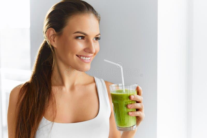 dieta Zdrowa łasowanie kobieta Pije sok Styl życia, jedzenie Nutr fotografia stock