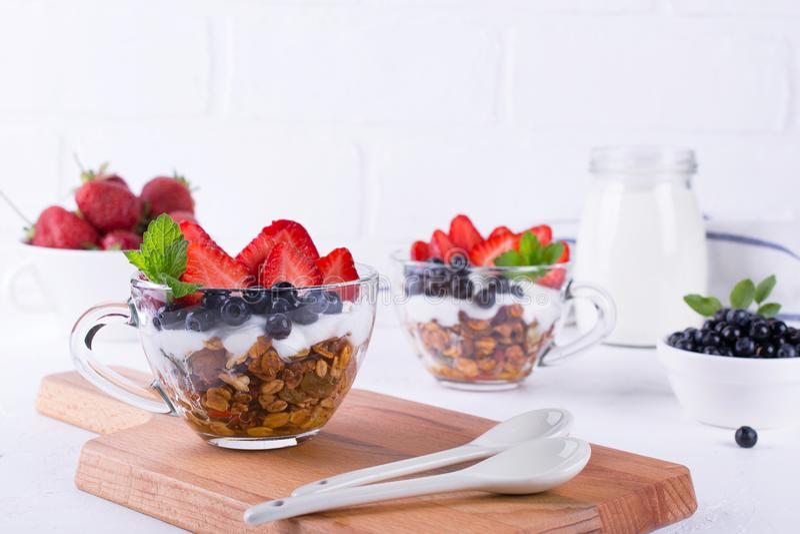 Dieta zdrowy deser z jogurtem, granola i świeżymi jagodami, obrazy stock