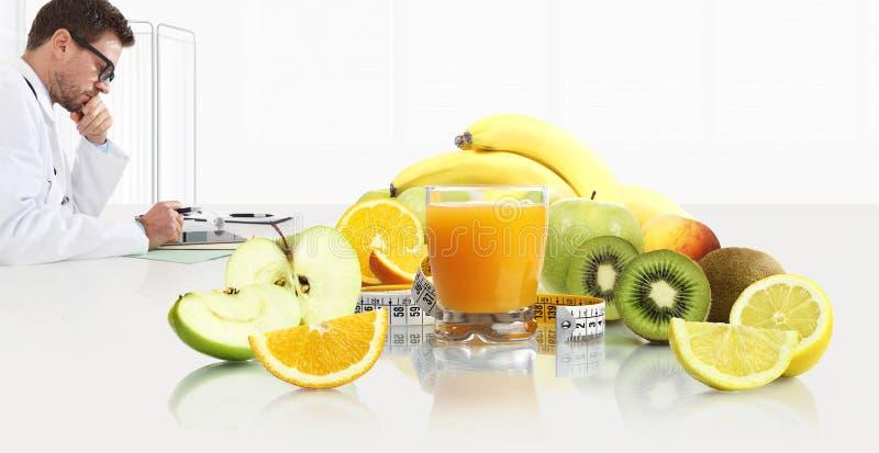 Dietetyczki żywiona lekarka przepisuje receptę konsultować cyfrowego pastylki obsiadanie przy biurka biurem z owoc, zdjęcie stock