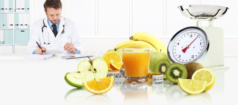 Dietetyczki żywiona lekarka przepisuje receptę konsultować cyfrowego pastylki obsiadanie przy biurka biurem z owoc, obraz royalty free
