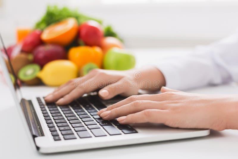 Dietetyczki pisać na maszynie traktowanie pacjent przez interneta zdjęcie stock