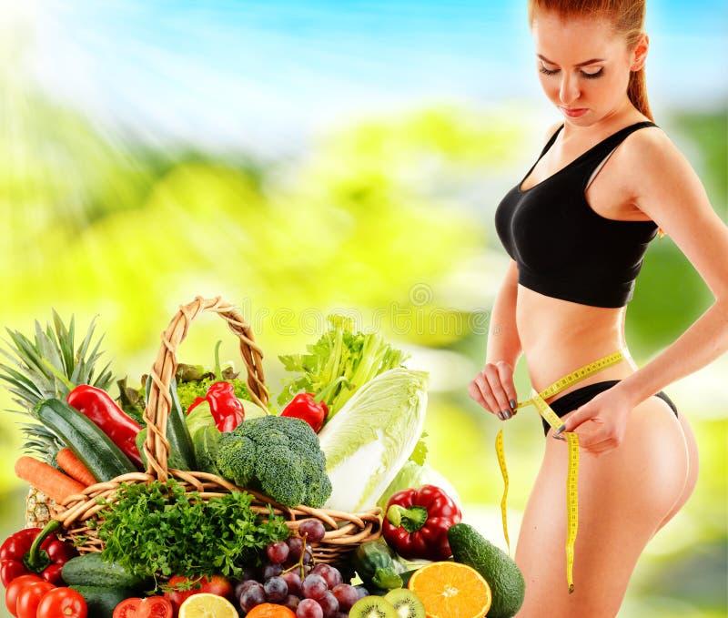 dieting Dieta equilibrada baseada em vegetais orgânicos crus imagens de stock