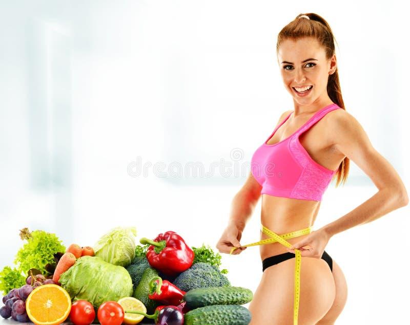 dieting Dieta equilibrada baseada em vegetais orgânicos crus fotos de stock royalty free