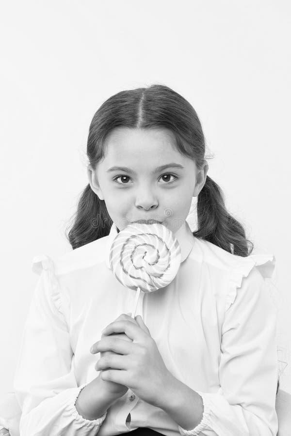 dieting dieta y concepto sano de la comida dieta después de comer del postre la pequeña muchacha con el ` t del doesn de la pirul foto de archivo libre de regalías