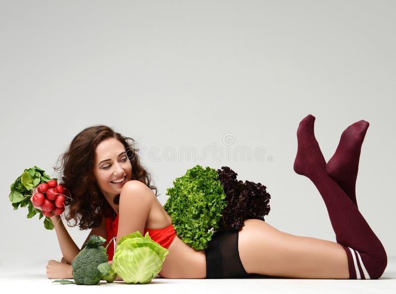 dieting Grupo da posse da mulher do smili feliz dos brócolis da alface do rabanete imagens de stock royalty free