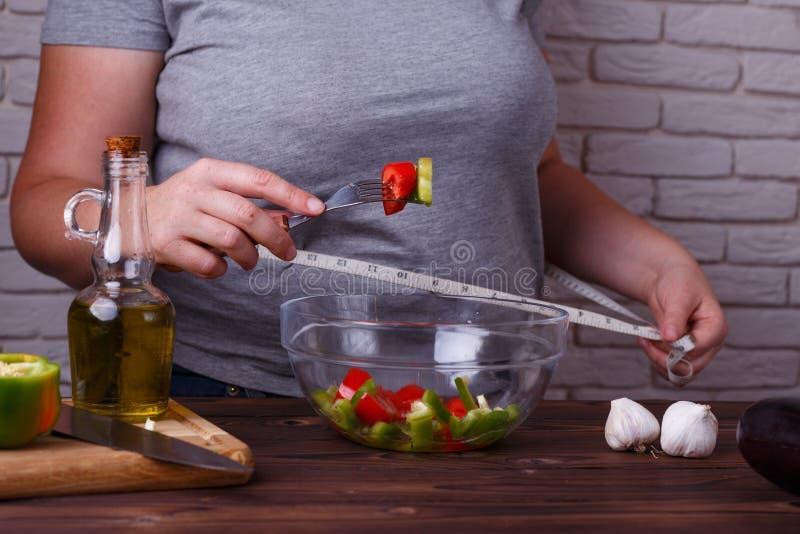 Dieting, zdrowy niskokaloryczny jedzenie, ciężaru przegrywający pojęcie, depresja ca obraz royalty free
